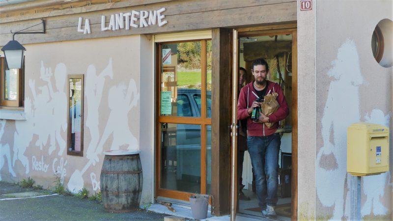 Nieuwe hippies in restaurant La Lanterne in Saint-Gaussaud
